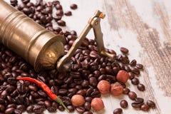 Manuelle Kaffeemühle der Weinlese mit den Kaffeebohnen lokalisiert Stockfotografie