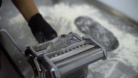 Manuelle Produktionsnahaufnahme der frischen italienischen Teigwaren stock video footage