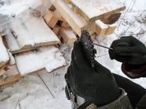 Manuelle schärfende Motorsägenkettenahaufnahme - illustratives Foto Stockbild
