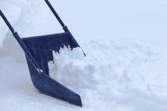 Manuelle Schneeräumung mit Schneeschaufel nach Blizzard Stockfoto