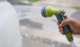 Manuelle Waschanlage mit Druckwasser in der Waschanlage draußen lizenzfreies stockfoto