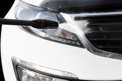 Manuelle Waschanlage mit Druckwasser drau?en Sommer-Auto-Reinigung Reinigungs-Auto unter Verwendung des Hochdruckwassers Professi lizenzfreies stockbild