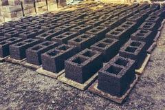 Manuelle Ziegelsteine in den offenen und sonnigen Plätzen für das Trocknen in Katni Madhya Pradesh Indien Lizenzfreie Stockbilder