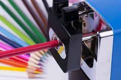 Manueller Bleistiftspitzer und Bleistifte Stockbild