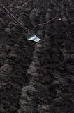 Manueller Eisenpflug, im Boden, auf dem Landwirtgebiet Stockfotografie
