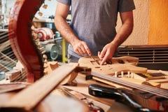 Manuellt arbete på seminariet för gitarrtillverkare` s arkivfoto
