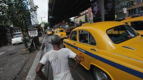 Manuellt dragna rickshaws i Kolkata (Calcutta), Indien arkivfilmer