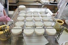 Manuellt förpacka av ostcamembert Royaltyfri Bild