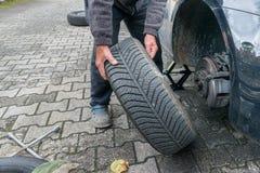 Manuellt gummihjuländring med fyrvägshålighetskiftnyckeln Royaltyfria Bilder