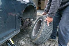 Manuellt gummihjuländring med fyrvägshålighetskiftnyckeln Royaltyfri Foto