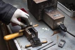 Manufactory manuell tillverkning av ledningslegeringen Arkivfoto