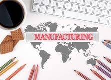 manufacturing Scrivania bianca con una tazza di caffè, biscotti, fotografia stock libera da diritti