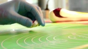 Manufaktura karmel cukierki, zbliżenie robić długim cukierkom zbiory