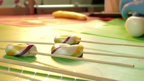 Manufaktura karmel cukierki, zbliżenie robić długim cukierkom zbiory wideo