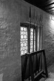 Manufatti medievali del polearm della lancia del verro in uno scaffale Fotografia Stock