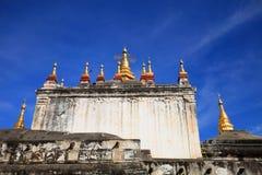 Manuha-Tempel, Bagan, Myanmar am sonnigen Tag mit blauem Himmel stockfoto