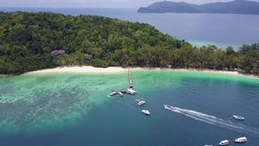 Manukan-Insel, Boot kam im Pier an stock video footage