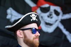 Manuppklädd som en piratkopiera Arkivbild