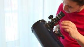Manuppsättningar - upp ett teleskop arkivfilmer
