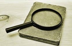 manuscript en meer magnifier stock fotografie
