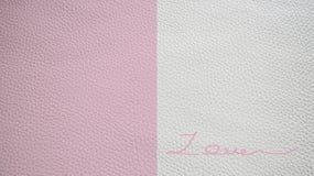 ` Manuscrit d'AMOUR de ` sur la texture en similicuir Photo stock