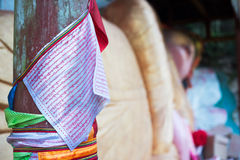 Manuscrit tibétain sur des drapeaux accrochant près d'un Bouddha menteur dans Gaomiao t Photos stock