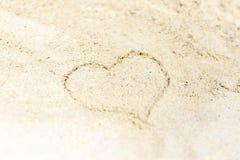 Manuscrit un coeur sur le sable de la mer Image stock