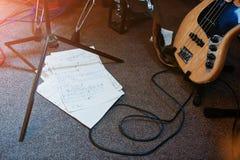 Manuscrito de la canción de la nota en el libro en la etapa musical Foto de archivo