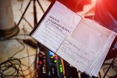 Manuscrito de la canción de la nota en el libro en la etapa musical Fotos de archivo