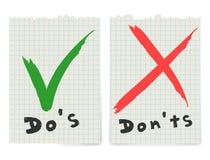 Manuscrito haga y no compruebe el diseño de la marca de la señal y de letras de los iconos del checkbox de la Cruz Roja aislado e stock de ilustración