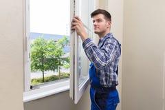 Manusje van alles Installing Window royalty-vrije stock afbeeldingen