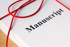 Manuskript vom Autor mit roter Schnur-Nahaufnahme Lizenzfreies Stockfoto
