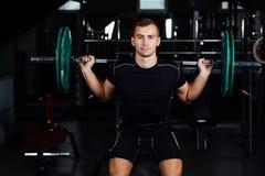 Manutbildning squats med skivstånger uppe i luften Royaltyfria Foton