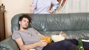 Manutenção após o partido home e a esposa irritada imagem de stock royalty free