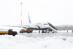 Manutenção Boeing-767 do aeródromo do serviço e do suporte laboral no aeroporto de Petropavlovsk-Kamchatsky Foto de Stock Royalty Free