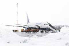 Manutenção Boeing-767 técnica e do serviço de apoio do aeródromo no aeroporto Petropavlovsk-Kamchatsky Foto de Stock