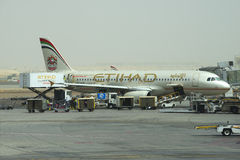 A manutenção de Airbus A320-232 (A6-EIR) Etihad Airways antes de voar a Abu Dhabi Foto de Stock