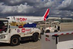 Manutenção de aviões antes do voo Fotos de Stock Royalty Free