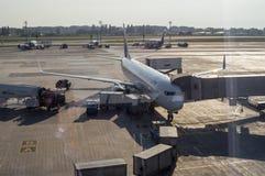 Manutenção do avião de passageiros no aeroporto internacional Fotografia de Stock