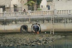 A manutenção do encanamento da descarga da inundação foto de stock royalty free