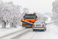 Manutenção do inverno das estradas em áreas de montanha Fotos de Stock Royalty Free