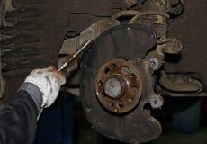 Manutenção e reparo do carro O técnico remove a sujeira Fotografia de Stock Royalty Free
