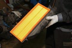 Manutenção e reparo do carro Um filtro de ar novo Foto de Stock