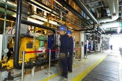 A manutenção projeta a verificação de dados técnicos do equipamento do sistema de aquecimento Fotos de Stock