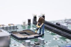 Manutentore che ripara attrezzatura elettronica fotografia stock