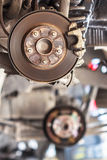 Manutenzione aspettante di Rusty Brake Disc nel garage di servizio Immagine Stock