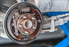 Manutenzione aspettante di Rusty Drum Brake nel garage di servizio Fotografia Stock Libera da Diritti