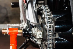 Manutenzione a catena del motociclo immagini stock