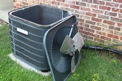 Manutenzione del condizionatore d'aria, bobina del condensatore del compressore fotografia stock
