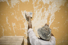 Manutenzione del pittore la parete Fotografia Stock Libera da Diritti